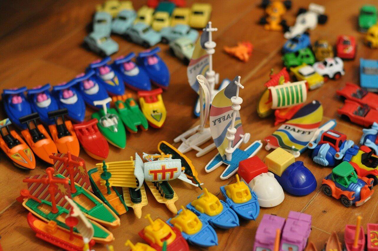Kleine Spielfiguren in vielen Farben: Autos, Boote, Segelboote